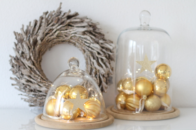Weihnachtskugeln unter der Glasglocke