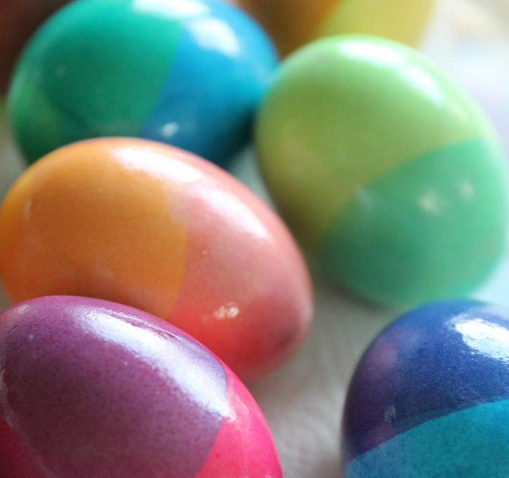 Zweifarbige Ostereier färben - das geht blitzschnell und sieht dazu ...