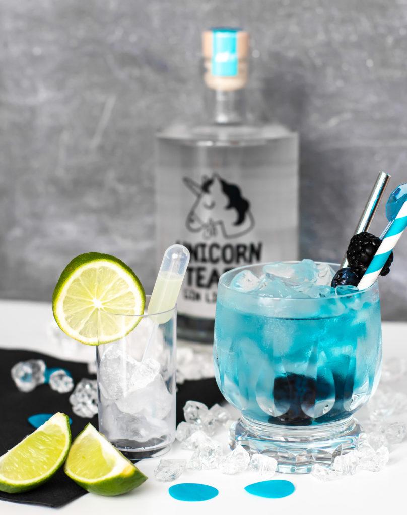 Cocktail mit Gin und Blautee